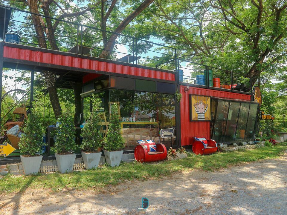 3.-Gorrilla-in-the-Cafe สำหรับร้านนี้ขอบอกว่าสวยมาก-เห็นแล้วก็สะดุดตา-อยากมาลองนั่งรับบรรยากาศซักครั้ง-ชั้นแรกเป็นโซนห้องแอร์-ส่วนชั้นสองเป็นโซนวิว-มีที่นั่งมากมายวิวดีรับลมสบายมากครับ-ส่วนเรื่องของอาหาร-แอดสั่งน้ำมาแก้วเดียว-รสชาติโอเคครับ-ราคาไม่แพงด้วย คาเฟ่สวย,วิวหลักล้าน,นครศรีธรรมราช,รวมcafe,คาเฟ่,ร้านอาหาร,ร้านกาแฟ,ภูเขา