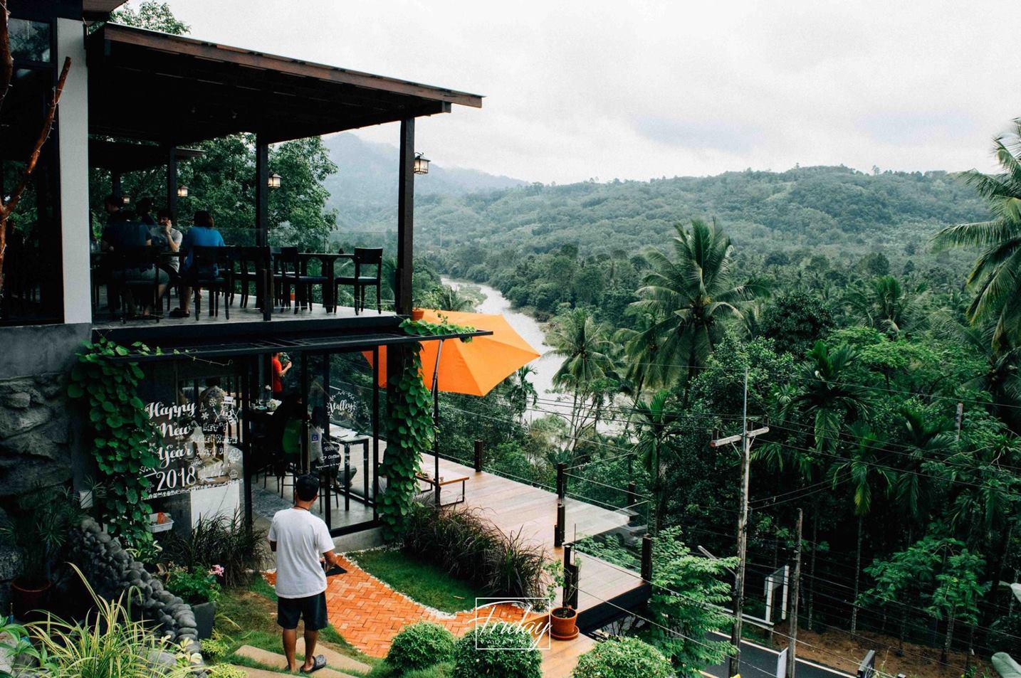5.-The-Kiriwong-Valley-ร้านนี้ตั้งอยู่ที่คีรีวงครับ-ความสวยงามของร้านในวิวภูเขาคีรีวงพร้อมหมอกบางๆ-ให้บรรยากาศ-10/10-เลยครับ-เครื่องดื่มอร่อยดีครับแต่แอดมินยังไม่ได้ลองทานอาหารครับ คาเฟ่สวย,วิวหลักล้าน,นครศรีธรรมราช,รวมcafe,คาเฟ่,ร้านอาหาร,ร้านกาแฟ,ภูเขา