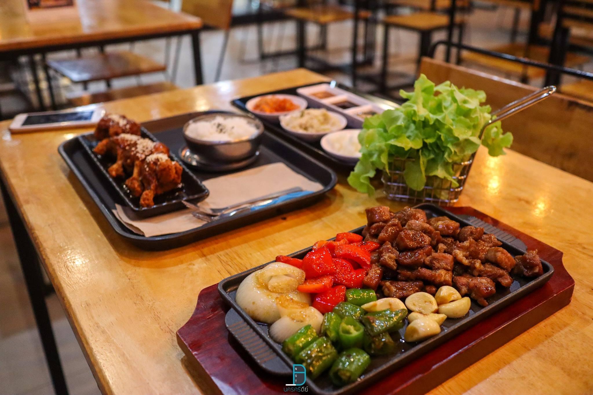 มาต่อกันที่ร้านสไตล์เกาหลีกันบ้าง-ร้านนี้ชื่อว่า-The-Snowcap-Bingsoo-ขอบอกว่ามีทั้งอาหารคาวและหวาน-อาหารคาวจะเน้นไปทางเกาหลีหน่อยๆ-ส่วนของหวานจะเป็นร้านบิงซูเด็ดๆ-ในราคาที่ไม่แพงเลยครับ ที่กิน,ที่เที่ยว,นครศรีธรรมราช,เมืองคอน,2018,BunprasopGardenHotel,นครศรี,อำเภอเมือง