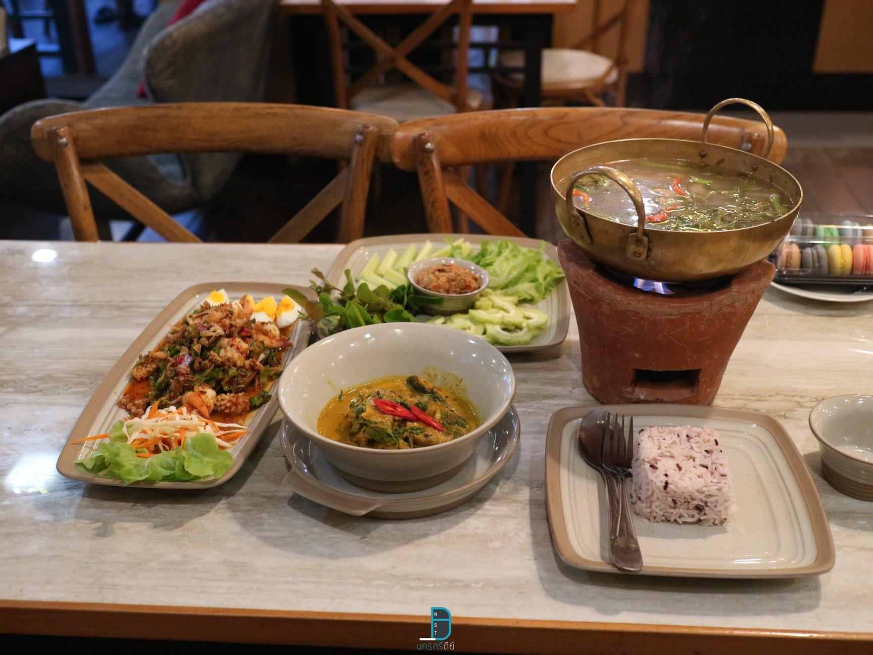 นี่ก็อาหารเด็ดๆกันอีก-แกงปลาดุก-และผัดชื่ออะไรแอดจำไม่ได้-555 พิกัด-:-ร้านเพลินจิต-หัวถนน-?-ที่-เพลินจิต---ploenjit-cafe-and-restaurant นครศรีธรรมราช,มีอะไรบ้าง,สถานที่ท่องเที่ยว,ร้านอร่อย,ของกิน
