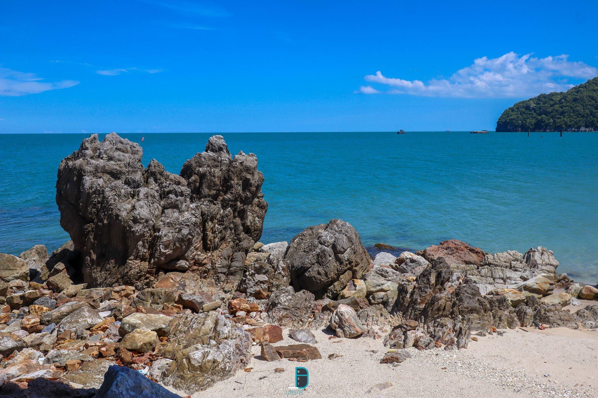 7.-อ่าวท้องโหนด-ขนอม-น้ำใสสุดๆแบบที่เห็นกันไปถึงผิวทรายด้านล่างกันเลยทีเดียว-หาดทรายสีขาวพร้อมด้วยเปลือกหอยเยอะแยะมากมายนานาชนิดเลยครับ รายละเอียด-คลิกที่นี่ แหล่งท่องเที่ยว,นครศรี,จุดเช็คอิน,จุดถ่ายรูป,คาเฟ่,ของกิน,จุดกิน