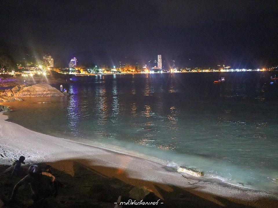 9.-จุดชมวิวหาดกะหลิม-จุดนี้นั่งชิวๆกลางคืนขอบอกว่าสวยงามมากครับ-นั่งชมแสงสีเมืองไกลๆ-พร้อมทั้งเรือที่แล่นผ่านขอบอกว่าได้ฟิลสุดๆครับ ภูเก็ต,สถานที่ท่องเที่ยว,ของกิน,จุดเช็คอิน,ที่เที่ยว,จุดถ่ายรูป