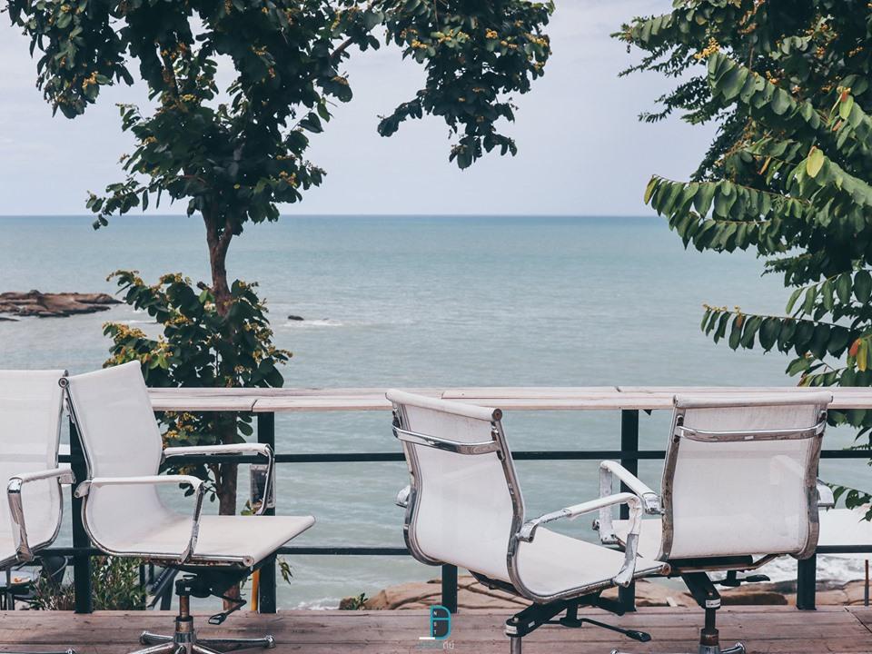 ถัดมาอีกหน่อยเป็นร้านกาแฟ-Moon-Coffee-Roti-Sichon-ถัดมาเป็นร้านกาแฟวิวสวยๆ-มีจุดถ่ายรูปมากมายพร้อมเก้าอี้ในโทนสีขาวสไตล์มินิมอล-ขอบอกว่าร้านกว้างมากก-ริมหาดเป็นหินสวยๆ-เหมาะกับการถ่ายรูปเช็คอินครับ  สิชล,เที่ยวไหนดี,สถานที่ท่องเที่ยว,ของกิน,จุดเช็คอิน,ห้องพัก,โรงแรม,รีสอร์ท