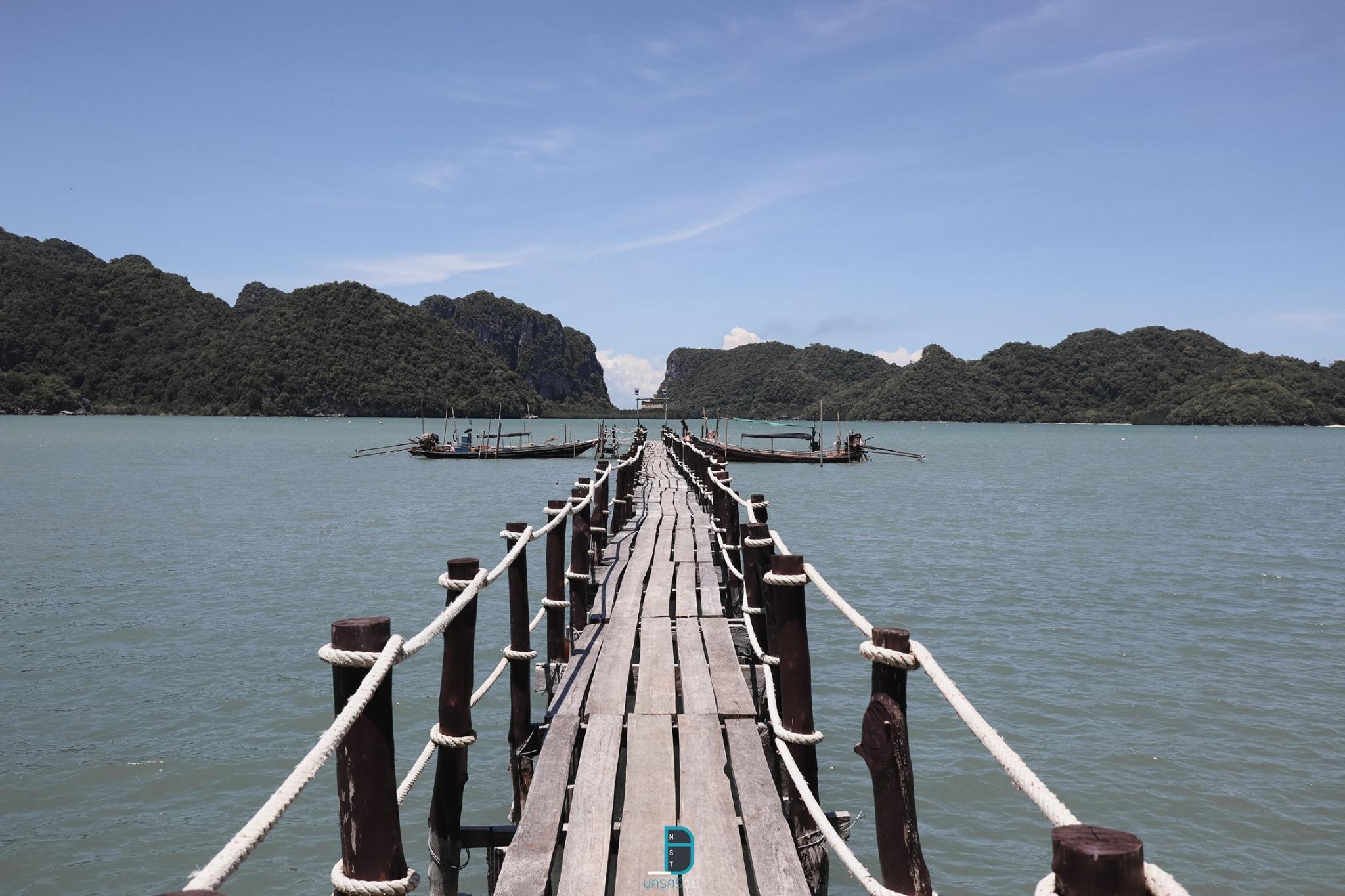 มาถึงจุดต่อไป-สะพานไม้อ่าวเตล็ด-ขนอม-จุดนี้ขอบอกว่าสวยฮิตจริงๆในช่วงนี้-ตัวสะพานไม้ยาวไปจนถึงกลางทะเล-วิวด้านหลังเป็นระหว่างเขา-2-ลูกพอดี-ขอบอกว่าสวยงามสุดๆจริงๆครับ  ขนอม,เที่ยวไหนดี,จุดเช็คอิน,ของกิน,โรงแรม