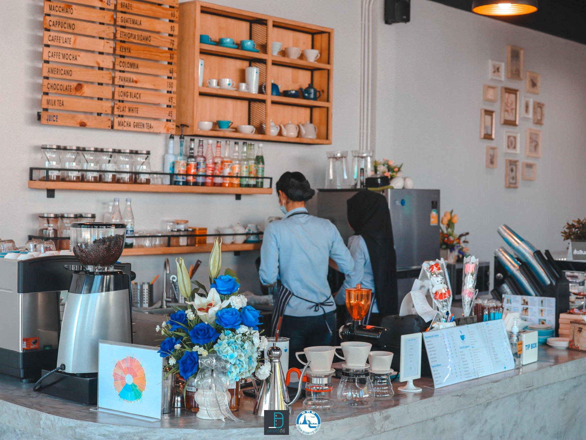 7.-Blue-Cup-Coffee-คาเฟ่โทนสีฟ้าปนขาว-สไตล์มินิมอล-บรรยากาศร้านสบายๆ-เหมาะสำหรับนั่งชิว-อ่านหนังสือนั่งเล่นได้ยาวๆกันเลยทีเดียว คาเฟ่,สตูล,เด็ด,จุดเช็คอิน,อร่อย,ร้านอาหาร,จุดถ่ายรูป,สถานที่ท่องเที่ยว