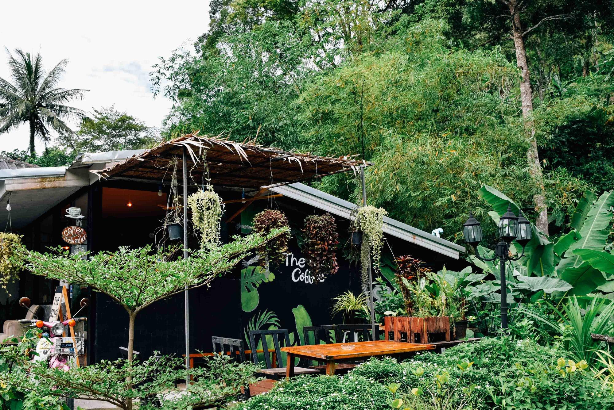 3.-The-river-coffee-บรรยากาศคือดีมากครับ-ร้านกาแฟสวยๆริมลำธาร-ซึ่งเป็นลำธารเล็กๆ-น้ำไม่เยอะ- แต่น้ำในลำธารเย็นสบายมากๆ-นั่งแช่น้ำจิบกาแฟ-หรือกินเค้กแบบชิลๆได้สบายๆเลยครับ- แถมร้านข้างๆก็เป็นร้านอาหารอีสานรสชาติอร่อยด้วย-สามารถสั่งมาทานด้วยกันได้ครับ รีวิวตัวเต็ม- คลิกที่นี่ ภูเก็ต,สถานที่ท่องเที่ยว,ของกิน,จุดเช็คอิน,ที่เที่ยว,จุดถ่ายรูป