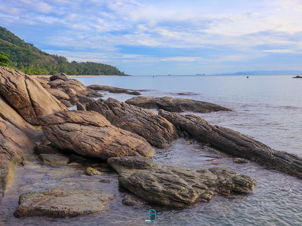 หาดด้านล่างเดินลงมาเรื่อยๆ-จะพบกับโขดหินสวยๆ-พร้อมเรือที่แล่นผ่านไปผ่านมา-ได้ฟิลจริงๆครับ  ที่พัก,สิชล,เขาพลายดำ,นครศรี,วิวทะเล,มินิมอล,ยุโรป,วิวหลักล้าน