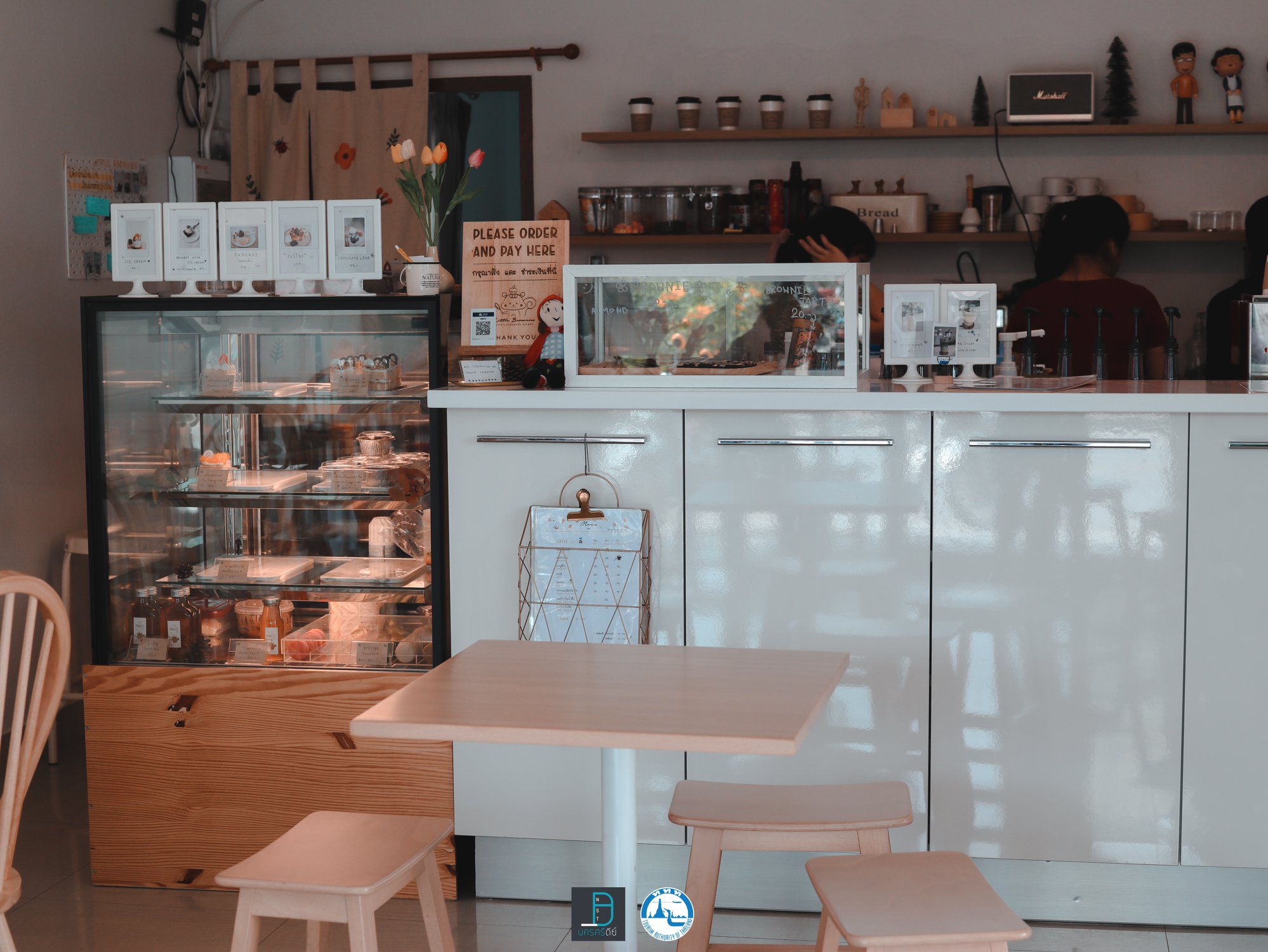 1.-Little-Brownies-เริ่มกันเลยกับร้านแรกของเรา-เป็นคาเฟ่โทนสีขาวน่ารักๆ-ชื่อร้าน-ลิตเติ้ล-บราวนี่-คือบราวนี่อร่อยมวากกกก-เมนูน้ำก็เด็ด-แอดชิมโกโก้มัจฉะ-คือเอาไปเลย-10/10-ทั้งเบเกอรี่และเครื่องดื่มครับ-ร้านบรรยากาศดีนั่งสบายเน้ออ-สงบ-มีน้องๆมานั่งอ่านหนังสือติวกันเยอะครับ คาเฟ่,สตูล,เด็ด,จุดเช็คอิน,อร่อย,ร้านอาหาร,จุดถ่ายรูป,สถานที่ท่องเที่ยว