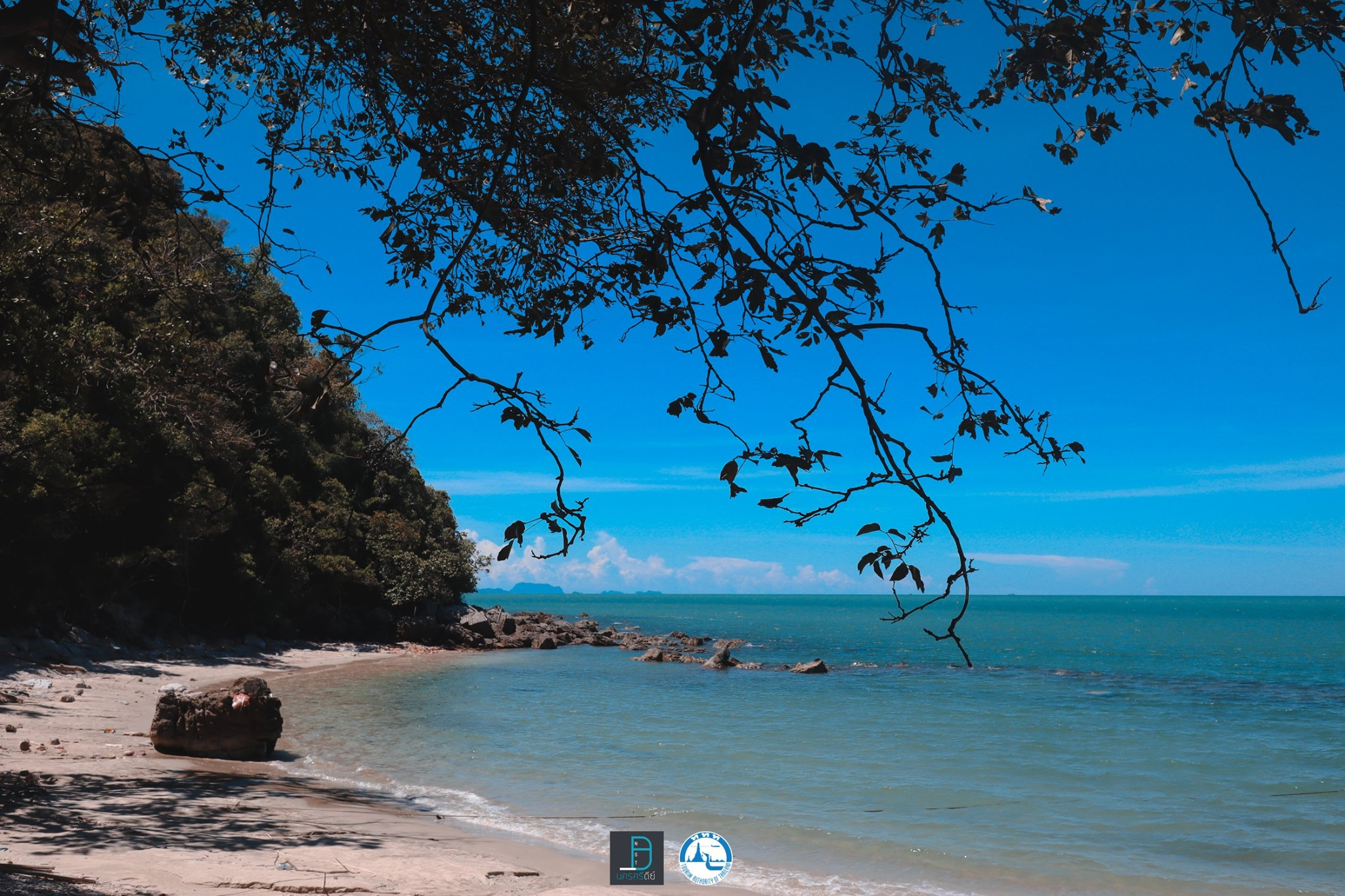 7.-อ่าวท้องโหนด-ขนอม-น้ำใสสุดๆแบบที่เห็นกันไปถึงผิวทรายด้านล่างกันเลยทีเดียว-หาดทรายสีขาวพร้อมด้วยเปลือกหอยเยอะแยะมากมายนานาชนิดเลยครับ นครศรีธรรมราช,จุดเช็คอิน,ที่ท่องเที่ยว,ของกิน,โกโก้,TAT,การท่องเที่ยวแห่งประเทศไทย