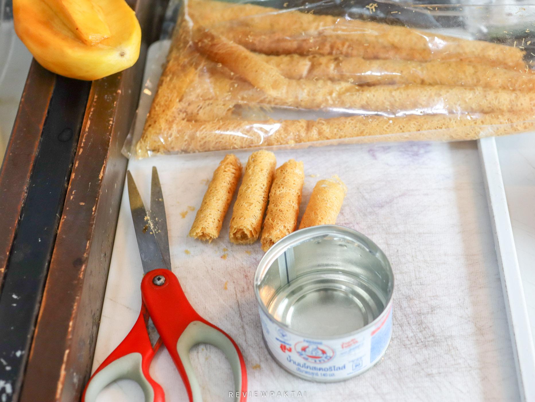 ตัดขนมลาและเปิดฝานมตราหมีไว้น้าา  นมตราหมี,ปั่น,อร่อย,เด็ด,ท็อปปิ้งใต้,ขนมโค,ขนมลา,ทำเองง่ายๆ